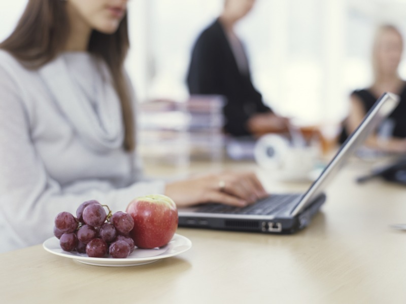 10-energy-boosting-snacks-for-the-office