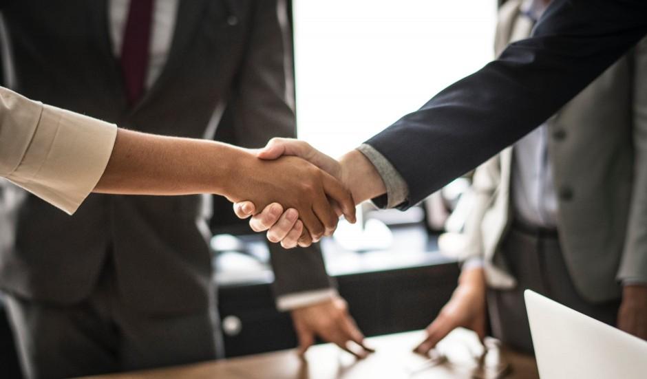 tłumacz może być wykorzystywany podczas spotkań biznesowych