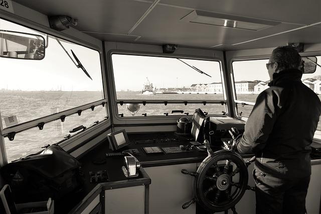 captain-2408590_640